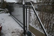 Samonosná posuvná kovaná brána