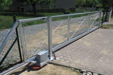 Posuvná samnonosná brána v kopci, průjezd 6 metrů, převýšení 17 cm, Vyškov