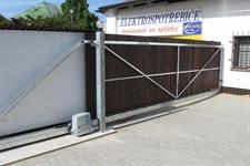 Samonosná posuvná brána s dřevěnou výplní, Mohelnice