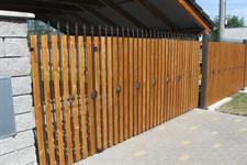 Posuvná brána kovaná v kombinaci se dřevem, Prostějov