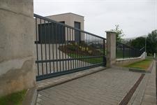 Samonosná posuvná brána v kopci průjezd 5 metrů, převýšení 25 cm