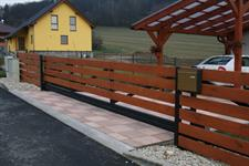 Samonosná posuvná brána v kopci průjezd 6 metrů, převýšení 25 cm