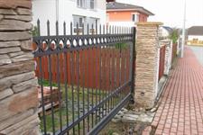 Samonosná posuvná kovaná brána, Praha