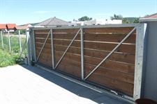 Samonosná posuvná ocelová brána, výplň dřevo, Olomouc