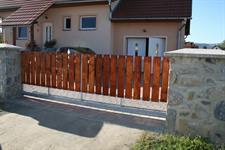 Samonosná posuvná brána s dřevěnou výplní, Nový Malín